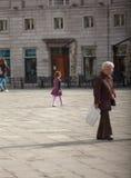 Niño que camina en el cuadrado Imágenes de archivo libres de regalías