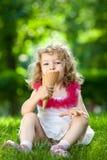 Niño que come el helado Fotografía de archivo