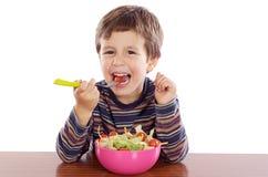 Niño que come la ensalada Fotografía de archivo