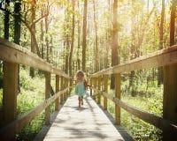 Niño que corre en bosque con luz del sol Imágenes de archivo libres de regalías