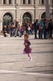 Niño que corre en el cuadrado Fotografía de archivo