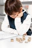Niño que cuenta el dinero Imágenes de archivo libres de regalías