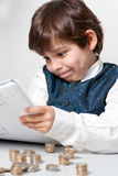 Niño que cuenta el dinero Fotos de archivo