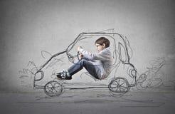 Niño que finge conducir un coche exhausto Fotografía de archivo libre de regalías