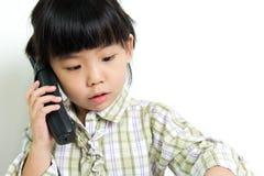 Niño que habla en el teléfono Imagen de archivo
