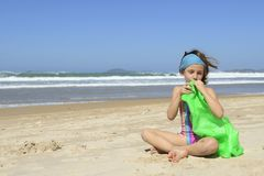 Niño que infla el anillo inflable de la nadada en la playa Fotos de archivo