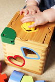 Niño que juega con el compaginador de la dimensión de una variable Fotografía de archivo