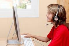 Niño que juega con el ordenador Fotos de archivo libres de regalías