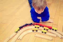 Niño que juega con los trenes interiores Imágenes de archivo libres de regalías