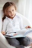 Niño que lee un libro Fotos de archivo
