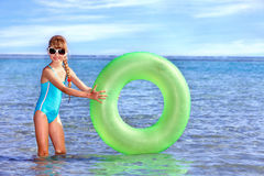 Niño que lleva a cabo el anillo inflable. Fotografía de archivo