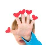 Niño que lleva a cabo los corazones del día de tarjeta del día de San Valentín Fotos de archivo libres de regalías