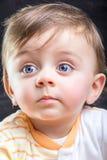 Niño que mira lejos Foto de archivo