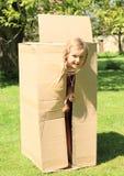 Niño que oculta en caja Fotografía de archivo libre de regalías
