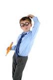 Niño que rasguña su cabeza para una respuesta Imágenes de archivo libres de regalías