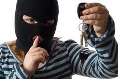 Niño que roba claves del coche Foto de archivo