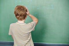 Niño que se coloca en clase en frente Fotos de archivo libres de regalías