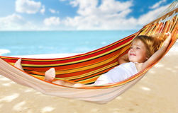 Niño que se relaja en una hamaca Foto de archivo libre de regalías