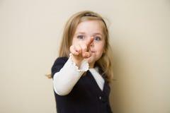 Niño que señala en la cámara Foto de archivo libre de regalías