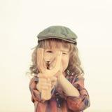 Niño que sostiene la catapulta en manos Foto de archivo libre de regalías