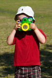 Niño que toma las fotos Imagenes de archivo
