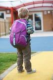 Niño que va a la mochila que lleva de la escuela Imagen de archivo