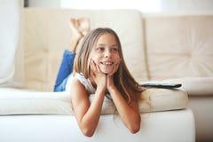Niño que ve la TV Imagenes de archivo