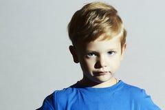 Niño serio niño divertido Little Boy con los ojos azules Emoción de los niños Fotos de archivo