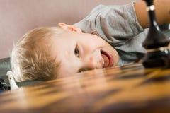Niño sobre un tablero de ajedrez Fotografía de archivo libre de regalías