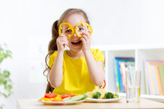 Niño sonriente que come en guardería Fotografía de archivo