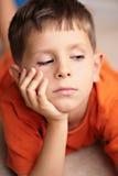 Niño triste, aburrido, que soña despierto Fotos de archivo