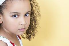 Niño triste de la muchacha que se enfurruña Imagenes de archivo