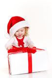 Niño vestido como Papá Noel con un regalo de Navidad Fotos de archivo libres de regalías