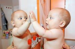 Niño y espejo Imágenes de archivo libres de regalías