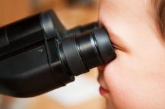 Niño y microscopio Fotografía de archivo