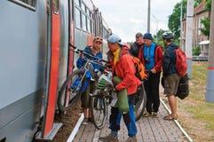 Niosący wewnątrz bagażowego pociągu rowery, ładować rower na pociągu zdjęcia royalty free