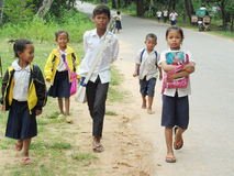 Niños camboyanos que van a la escuela Foto de archivo