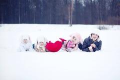 Niños con el corazón en invierno Imágenes de archivo libres de regalías