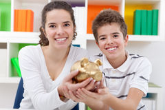Niños con el piggybank Imagen de archivo libre de regalías