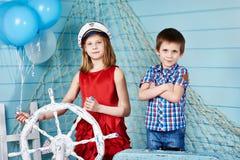 Niños con el volante en viaje Fotos de archivo