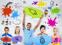 Niños con la burbuja colorida del discurso Imagen de archivo
