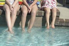 Niños con los pies en piscina Fotografía de archivo libre de regalías