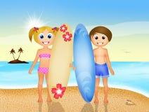 Niños con resaca en la playa Fotos de archivo