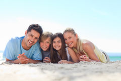 Niños con sus padres en la playa Fotografía de archivo