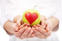 Niños de ayuda a una dieta sana y a una vida Fotografía de archivo libre de regalías