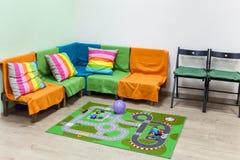Niños de la esquina en la sala de estar grande, interior simple Fotos de archivo libres de regalías