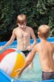 Niños de la felicidad en la piscina Foto de archivo