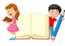 Niños de la historieta con el libro y el lápiz Imagen de archivo libre de regalías