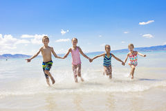 Niños el vacaciones en la playa Imagen de archivo
