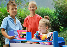 Niños elegantes que juegan la escuela Foto al aire libre Educación y moda de los niños concentrada Fotografía de archivo libre de regalías